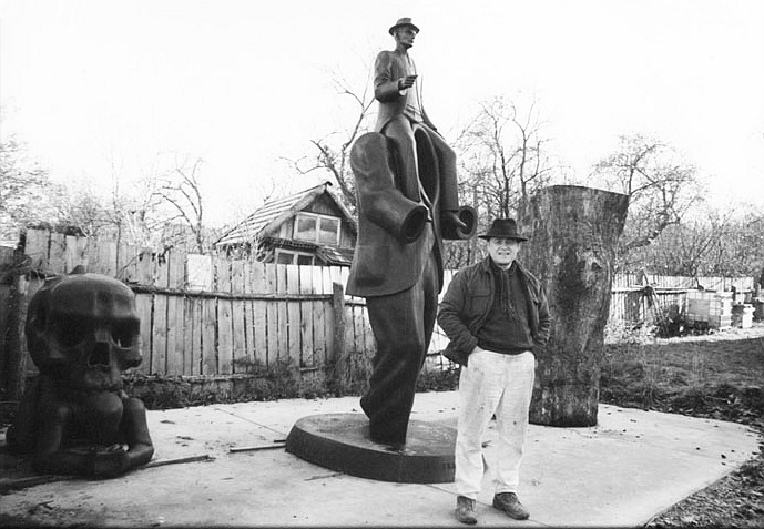 Jaroslav Róna, a prágai Kafka-szobor megformálója műhelye kertjében, a felállítás előtt. A kép forrása a szobrász honlapja.